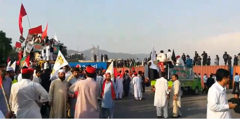 فاٹا اصلاحات پرعملدرآمد میں تاخیر کیخلاف خیبر پختونخوا کی سیاسی جماعتوں نے اسلام آباد میں احتجاج کیا اور ریڈ زون میں دھرنا دے دیا