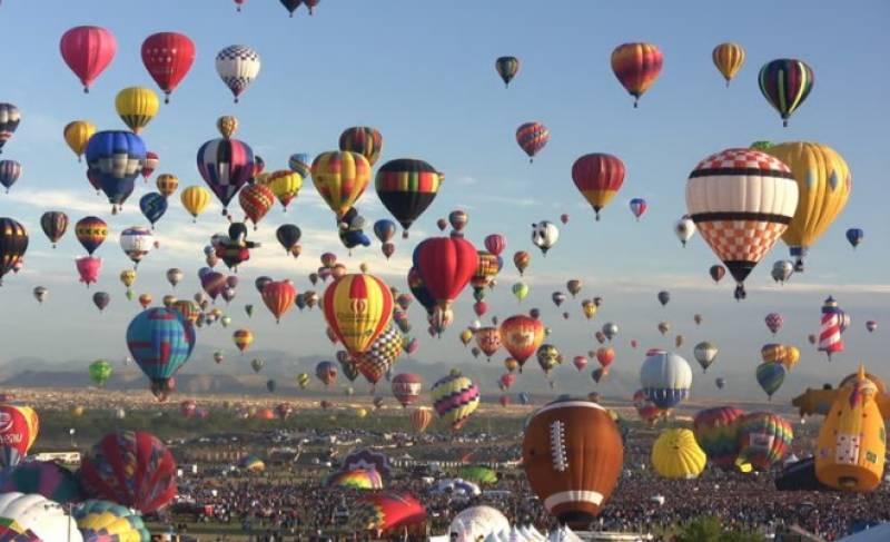 میکسیکو میں ہاٹ ایئر بیلون فیسٹیول کا انعقاد، آسمان پر رنگ بکھیرتے  غباروں کو دیکھنے کیلئے ہزاروں افراد امڈ آئے