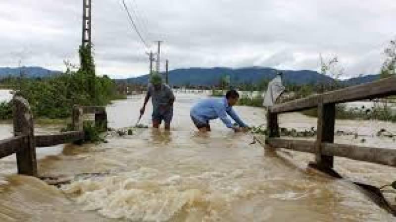 ویتنام کے وسطی اور شمالی علاقوں میں سمندری طوفان اور سیلاب سے اب تک درجنوں افراد ہلاک ہو چکے ہیں