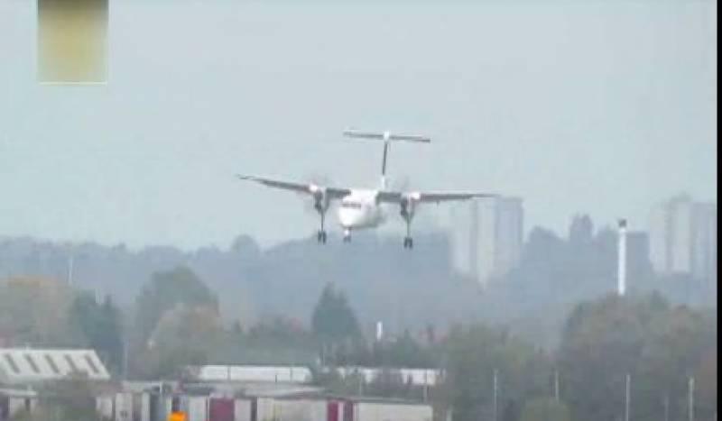 برمنگھم ائیر پورٹ پر تیز ہواؤں سے لڑتے ہوئے پائلٹ نےجہاز کی ایسی لینڈنگ کی