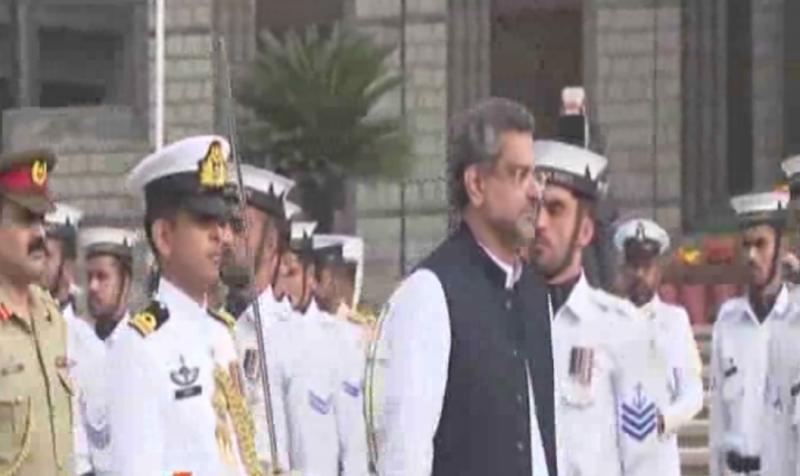 وزیراعظم شاہد خاقان عباسی نے نیول ہیڈکواٹرز کا دورہ،ملکی سلامتی سے متعلق امور پر تبادلہ خیال