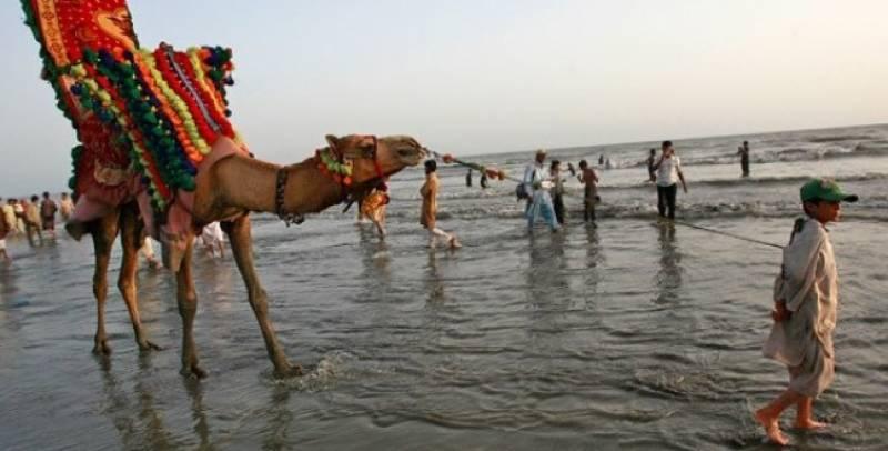 اتوار کے روز کراچی کے ساحل پر شہریوں کی بڑی تعداد نے موسم کا لطف اٹھایا ،