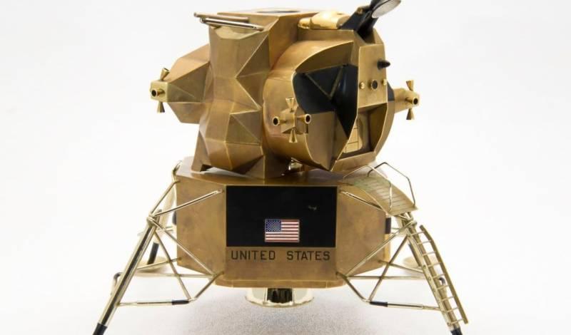 چاند پر زمین پر اپولو 11 خلائی مسافروں کے ذریعہ چاند ماڈیول 'ایگل' کا ایک غیر معمولی سونے کا ماڈل اس ہفتے کی نیلامی پر $ 150،000 تک پہنچنے کی امید ہے