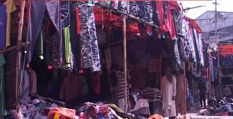 کراچی میں سردی  کا موسم  آتے ہی شہر کے مختلف لنڈا بازاروں میں عوام  کی بڑی تعداد گرم کپڑوں کی خریداری میں مصروف ہے