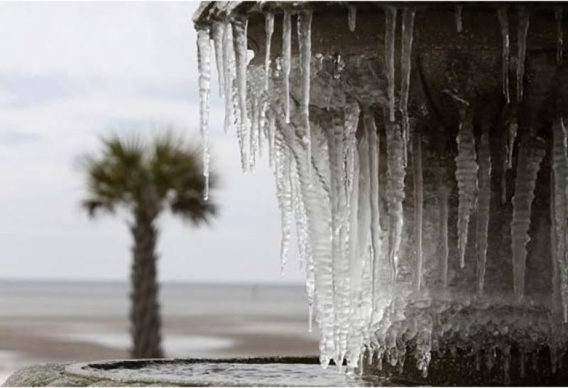 امریکا میں سرد موسم اور برف باری عروج پر ہے یہاں تک کہ نظامِ زندگی درہم برہم ہو کر رہ گیا ہے۔