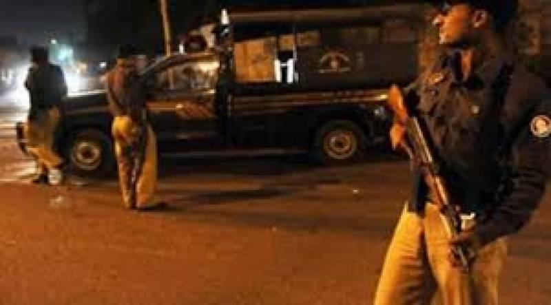 ناظم آباد میں مبینہ پولیس مقابلے کے بعد ایک زخمی ڈاکو سمیت دو ملزمان کو گرفتارکرلیا گیا