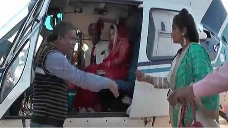 اتر پردیش میں دولہا اور دلہن نے دبنگ اسٹائل میں ہیلی کاپٹر پر سوار ہوکر دھماکے دار انٹری دے ڈالی۔