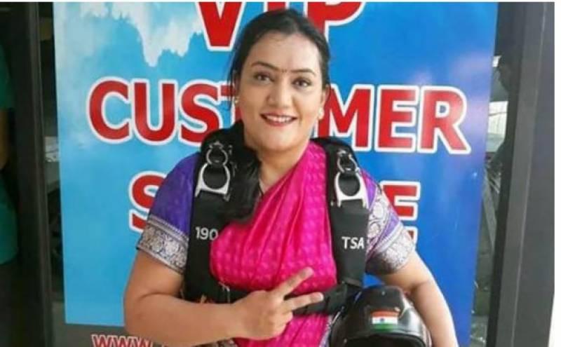 بھارتی خاتون سکائی ڈائیور نے تھائی لینڈ میں ساڑھی میں ہزاروں فٹ کی بلندی سے چھلانگ لگا کرسکائی ڈائیونگ میں منفرد ریکارڈ بنا ڈالا