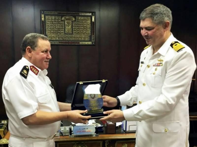 پاک بحریہ کے جہازپی این ایس سیف کا مصر کی بندرگاہ الیگزینڈریاکا دورہ,بندرگاہ پرنیول بیس کے فلیگ آفیسر کمانڈنگ اور دیگرعسکری حکام سے ملاقات