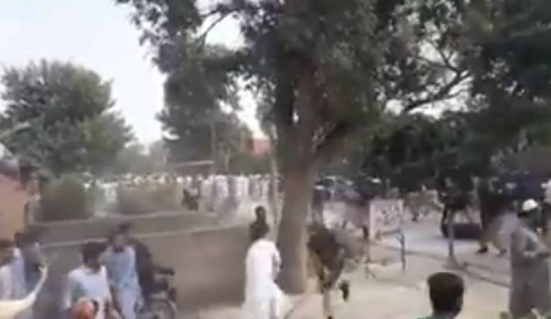 پشاور یونیورسٹی میں ایم فل اور پی ایچ ڈی کلاسز کی فیسوں میں اضافے کے خلاف طلبا کامظاہرہ, پولیس کا احتجاجی طلبا پر ہلہ بولتے ہوئے شدید لاٹھی چارج,متعدد طلبا زخمی کئی گرفتار