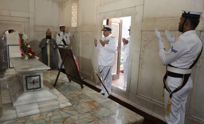 ڈاکٹر علامہ محمد اقبال ؒکے 141ویں یوم پیدائش کے موقع پر پاک بحریہ نے مزارِ اقبال پر اعزازی گارڈ کے فرائض سنبھال لیے