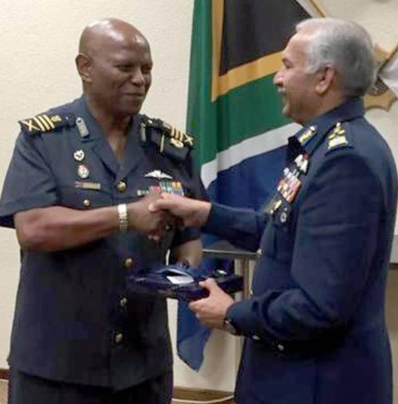 پاک فضائیہ کے سربراہ کی ساؤتھ افریقہ کے سرکاری دورے کے دوران ساؤتھ افریقن فضائیہ کے سربراہ لیفٹینٹ جنرل فیبین مسیانگ سے ملاقات