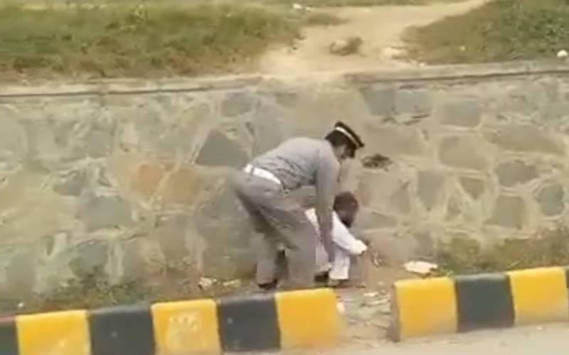 اسلام آباد: معذور شخص کو فٹ پاتھ پار کرانے کیلئے ٹریفک کانسٹیبل نے ہاتھوں میں اٹھالیا