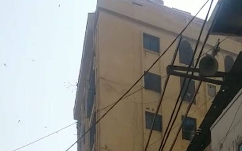 کراچی میں6منزلہ مخدوش خالی عمارت گر گئی