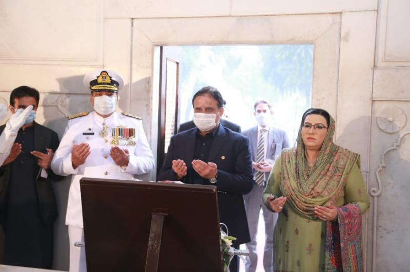 وزیراعلی پنجاب کی مزار اقبال پر حاضری، پھول چڑھائے اور فاتحہ خوانی کی