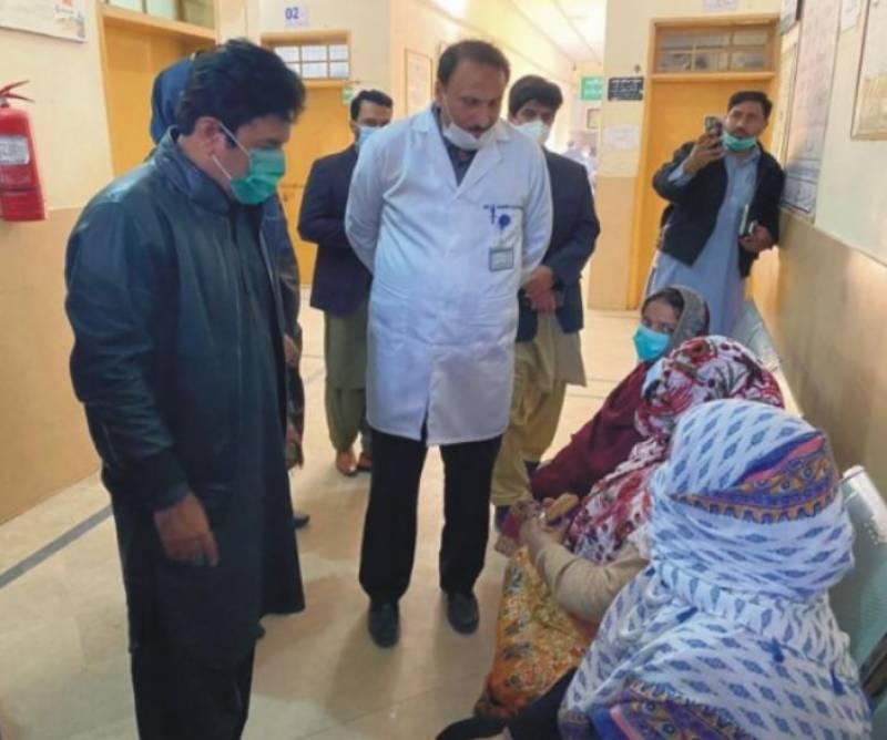 سیالکوٹ : ڈپٹی کمشنر ذیشان جاویدکا تحصیل ہیڈ کوارٹر ہسپتال سمبڑیال کا دورہ، مریضوں کے علاج معالجہ کا جائزہ لیا