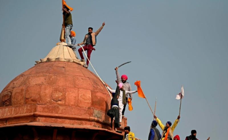 بھارت: کسانوں نے دلی کے لال قلعہ پر خالصتان کا جھنڈا لہرا دیا