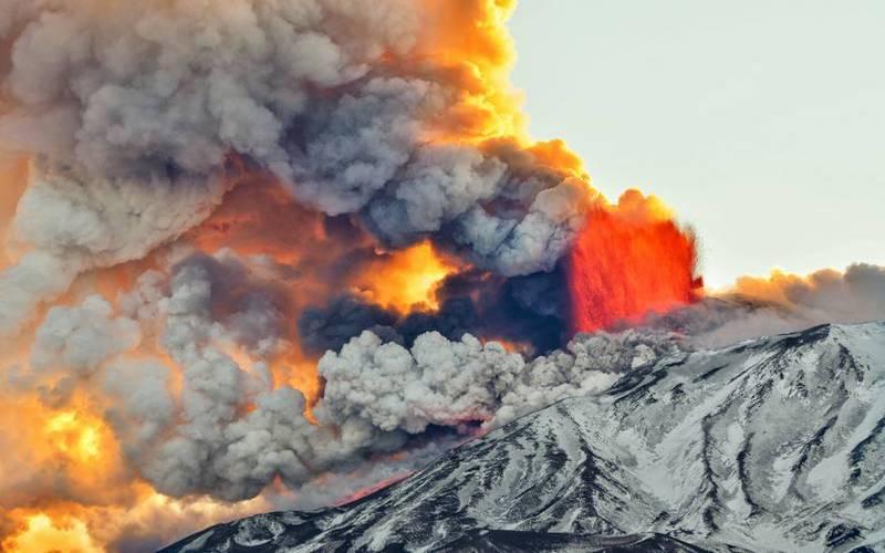 اٹلی کےمشہور آتش فشاں کی راکھ آسمان کو چھونے لگی۔