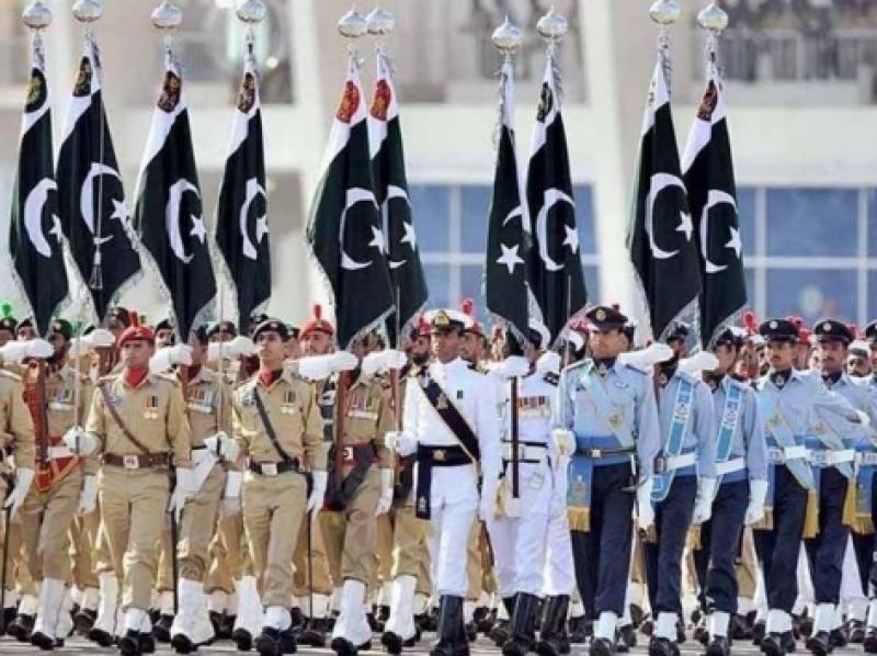 یوم پاکستان کے موقع پر مسلح افواج کی پریڈ میں تمام صوبوں کی ثقافتی جھلک