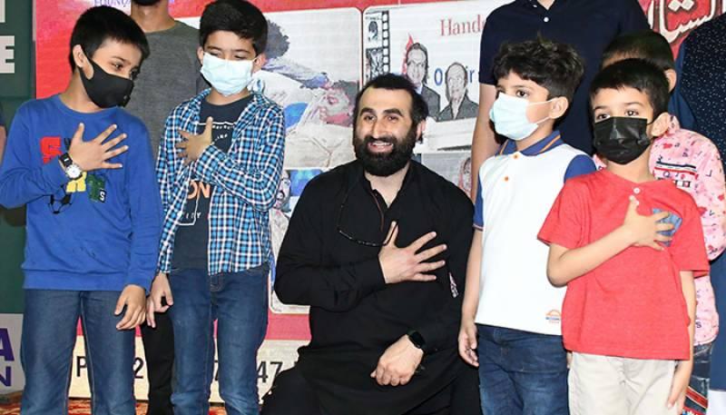 ترک اداکار کا کراچی میں تھیلیسیمیا کے بچوں کیلئے خون کا عطیہ