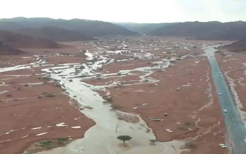 سعودی عرب کے متعدد علاقوں میں شدید بارشوں کے بعد سیلاب آگیا