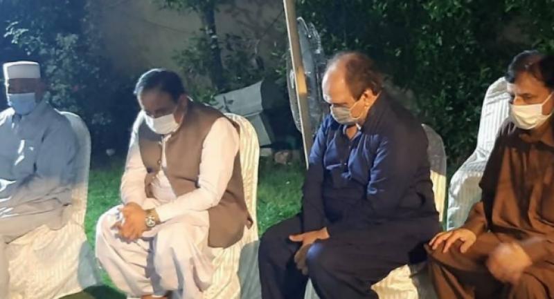 سنیئر سیاستدان ومعروف کالم نویس محمد اکرم چوہدری کی والدہ کے انتقال پر وزیراعلی پنجاب سردار عثمان بزدار کی تعزیت کے لئے گھر آمد