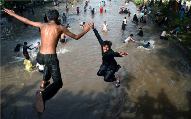 پاکستانی شہریوں نے گرمی بڑھتے ہی نہروں کا رخ کر لیا