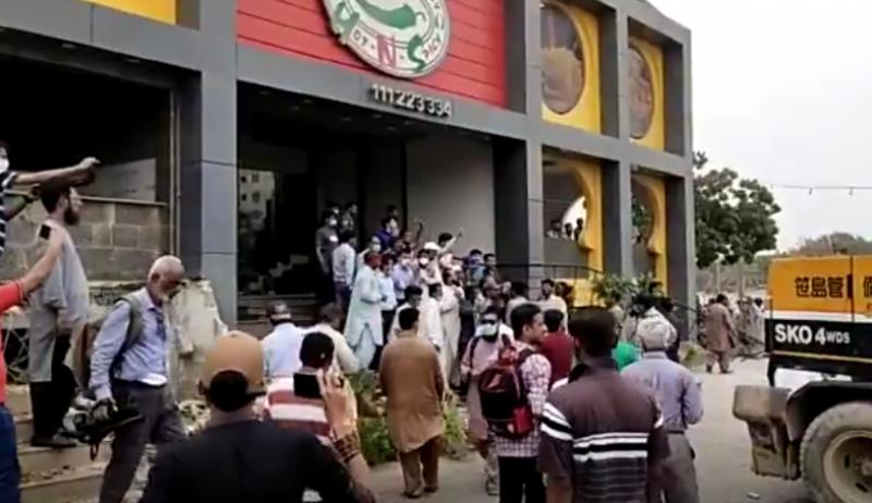 تجاوزات کیخلاف آپریشن: الہٰ دین پارک میدان جنگ بن گیا