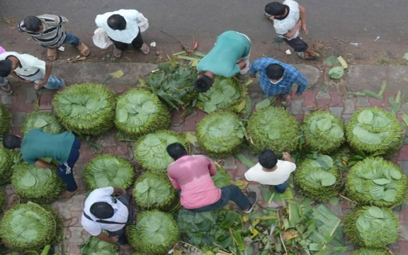 بھارتی ریاست تریپورہ میں لوگ پان کے پتوں کی خریدو فروخت میں مصروف