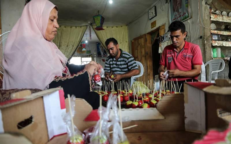 فلسطینی خاتون اہلخانہ کی مدد کیلئے سیب کی مٹھائی بنانے لگے۔