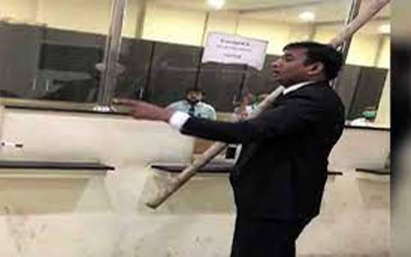 وکیل نے لاہور ہائیکورٹ کی کاپی برانچ کے شیشے توڑ دیئے