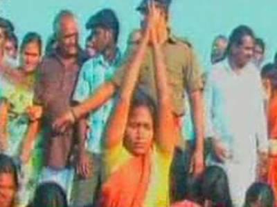 بھارت میں روایت پرستی کے نام پر عورتوں پرڈھول کی تھاپ پر کوڑے برسائے گئے جبکہ پولیس اہلکار تماشا دیکھتے رہے۔