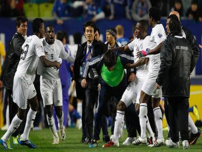 فٹبال ایشین چمپیئن لیگ سیمی فائنل، قطر کی السعد کلب اور سوون بلیو ونگز کے کھلا ڑیوں نے سٹیڈیم کو میدان جنگ بنا دیا ۔