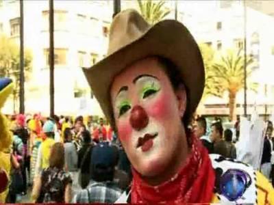 میکسیکو، مسخروں کے رنگارنگ میلے کا آغاز، نیلی ٹوپیاں، سرخ ناک اور رنگ برنگے چہرے لیئے سینکڑوں مسخروں نے میکسیکو کی گلیوں میں رنگ بکھیردیئے۔