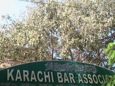 سابق صدر پرویزمشرف کے اقدامات کے خلاف آج کراچی کے وکلا نے بھی عدالتوں کا مکمل بائیکاٹ کیااور احتجاجی ریلیاںنکالیں۔