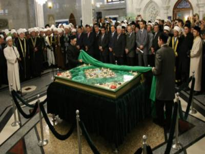 روس میں دنیا کے سب سے بڑے قرآن پاک کے نسخے کو عوام کے سامنے پیش کر دیا گیا۔ جواہرات اور سونے سے مزین نسخے کا وزن آٹھ سو کلوگرام ہے۔