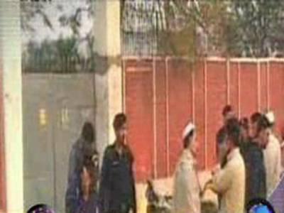 مردان، بابا ڈنڈ شاہ میں گورنمنٹ گرلزہائی سکول کے باہردھماکہ، ایک پولیس اہلکار جاں بحق، آٹھ افراد زخمی ۔