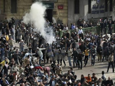 مصر میں مظاہرین اور پولیس کے درمیان ہونے والی جھڑپوں میں مزید دس افراد ہلاک اورتین سو سے زائد زخمی ہوگئے۔