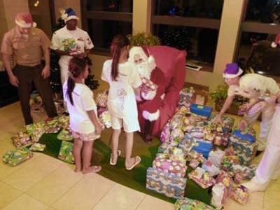 دنیابھرمیں کرسمس کی تیاریاں عروج پر، سانتا کلاز نے برازیل میں بچوں کو کرسمس کے تحائف دیئے اور ان کے ساتھ خوشی منائی۔