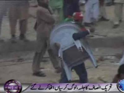 قصور میں عمران خان کا سونامی کرسیوں پر ٹوٹ پڑا، جلسے کے اختتام پر جلسے میں شریک تمام شرکاء کرسیاں اٹھاکر بھاگ گئے۔