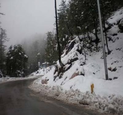ملک بھرمیں سردی کی شدت میں اضافہ ہوگیا ہے ۔ صبح کے وقت خیبرپختونخوا اور پنجاب کے مختلف علاقوں میں دھند کے باعث ٹریفک کی روانی متاثر ہوئی