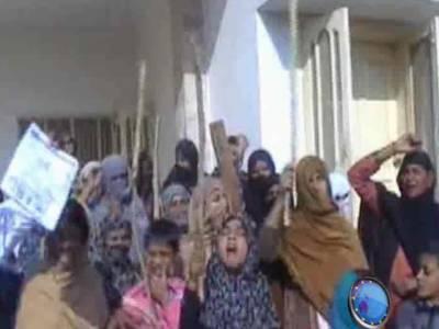 ڈیرہ غازی خان میں گیس کی لوڈشیڈنگ اور کم پریشرسے تنگ گھریلو خواتین نے سوئی گیس کے دفتر پر دھاوا بول دیا۔