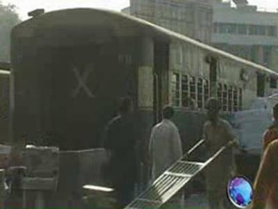کراچی سے اندرون ملک ٹرینوں کی روانگی مسلسل تاخیر کا شکار، مسافروں نے شدید سردی میں رات ریلوے اسٹیشن پر ہی بسر کی۔