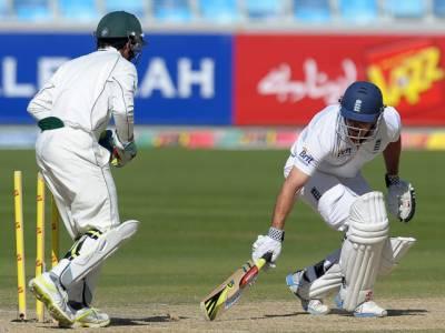 پاکستان اور انگلینڈ کے درمیان تیسرے ٹیسٹ کے دوسرے روز انگلینڈ کی پوری ٹیم اپنی پہلی اننگز میں ایک سو اکتالیس رنزبناکر آؤٹ ہوگئی۔