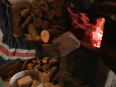 ہنگری، لوگوں نے سردی سے بچاؤ کے ليے لکڑی یا ہیٹرکا استعمال کرنے کے بجائے اصلی نوٹ جلانا شروع کر دئيے۔