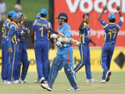 آسٹریلیا کے شہر ایڈلیڈ تین ملکی سیریز کے میچ میں سری لنکا کے دو سو چھتیس رنز کے تعاقب میں بھارت کی بیٹنگ جاری ۔