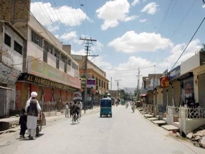 کوئٹہ میں اسپنی روڈ پر فائرنگ کے واقعے کے خلاف شٹرڈاؤن ہڑتال کی جارہی ہے۔ شہر کے اہم کاروباری مراکز اور دکانیں بند ہیں۔