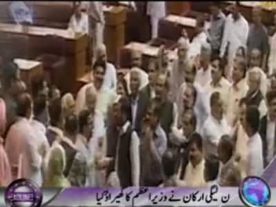 قومی اسمبلی کے اجلاس میں اپوزیشن نے آج پھر شدید ہنگامہ آرائی کی،مسلم لیگ نون کے اراکین نے وزیراعظم کے ڈیسک کا گھیراؤ کر لیا۔