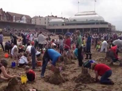 برطانیہ میں بچوں نے ساحل سمندر پر ایک گھنٹے میں ریت کےنو سو ترانوے قلعے بنا کرنیا ورلڈ ریکارڈ قائم کردیا۔