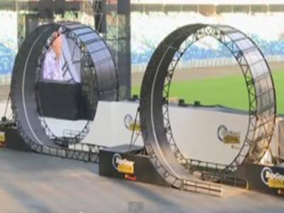 جنوبی افریقہ کے ماہراسٹنٹ مین نے چھبیس فٹ قطر کے دائروں میں گاڑی گھما کر نیا ورلڈ ریکارڈ قائم کردیا۔